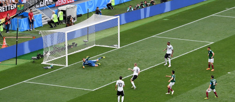 México sorprendió al mundo del fútbol al derrotar al último campeón. Brasil tampoco pudo ganar en el debut