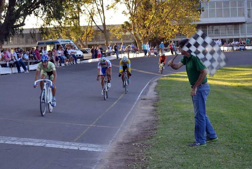 Varios ciclistas locales en el «Gran Premio Ciudad de Venado Tuerto»