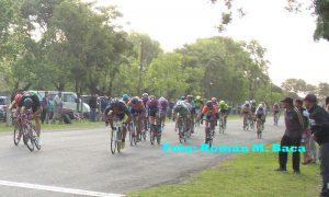 Muchos ciclistas y público en el circuito Panorámico de San Pedro