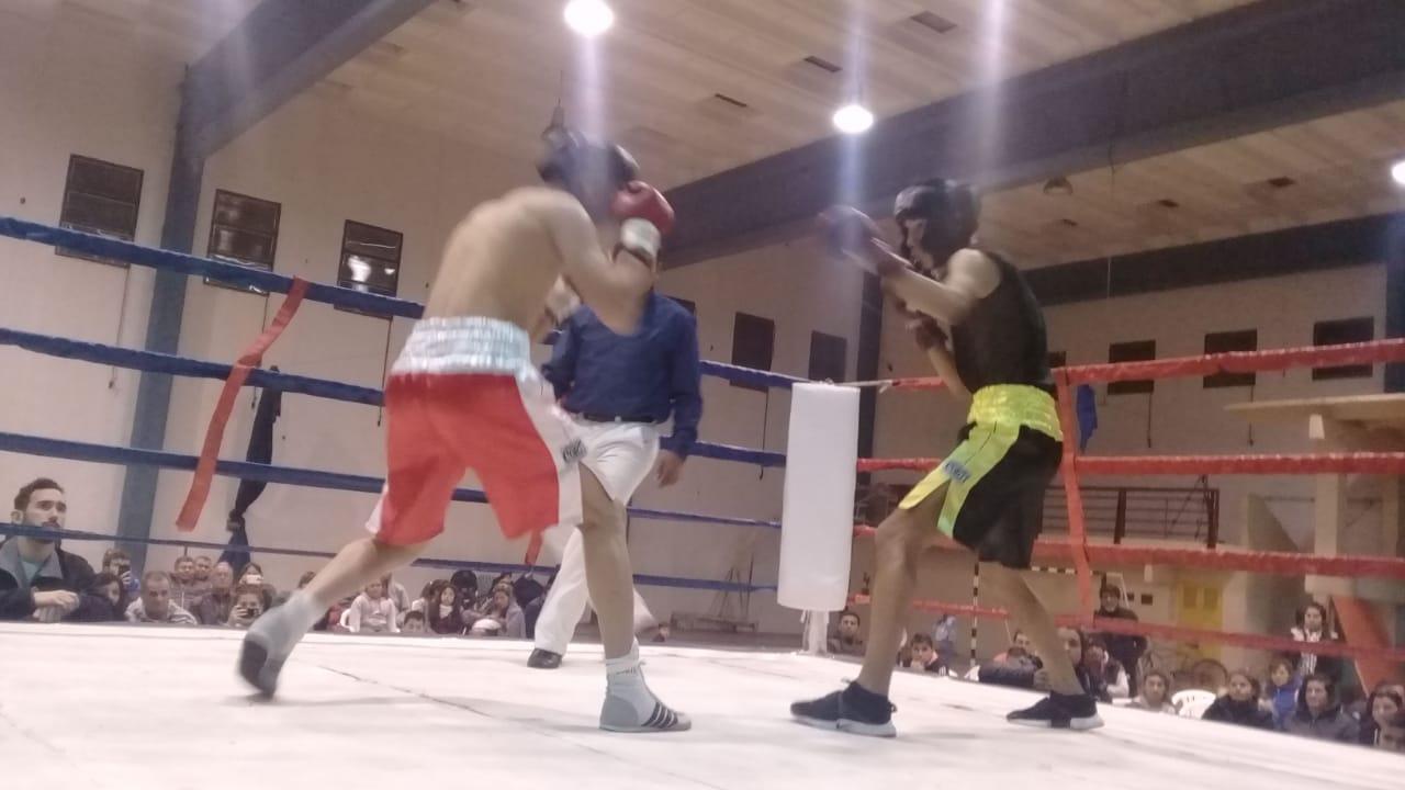 Siete peleas entre aficionados se llevó a cabo en el gimnasio municipal