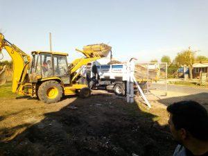 Banfield apura las tareas para la inauguración de su cancha de fútbol infantil. Dos jugadores están probando en Huracán