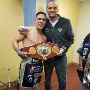 Lee más sobre el artículo Brian Castaño es otra vez campeón mundial. Los medios destacan el gran trabajo físico realizado por el sampedrino Matías Erbin