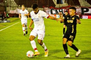 Sebastián Ramírez retornó a la titularidad en Huracán