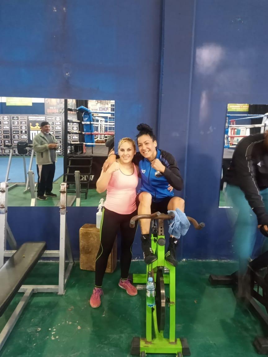 La sampedrina Brenda Pérez guanteó con Erica Farías, previo al viaje de «La Pantera» a Las Vegas
