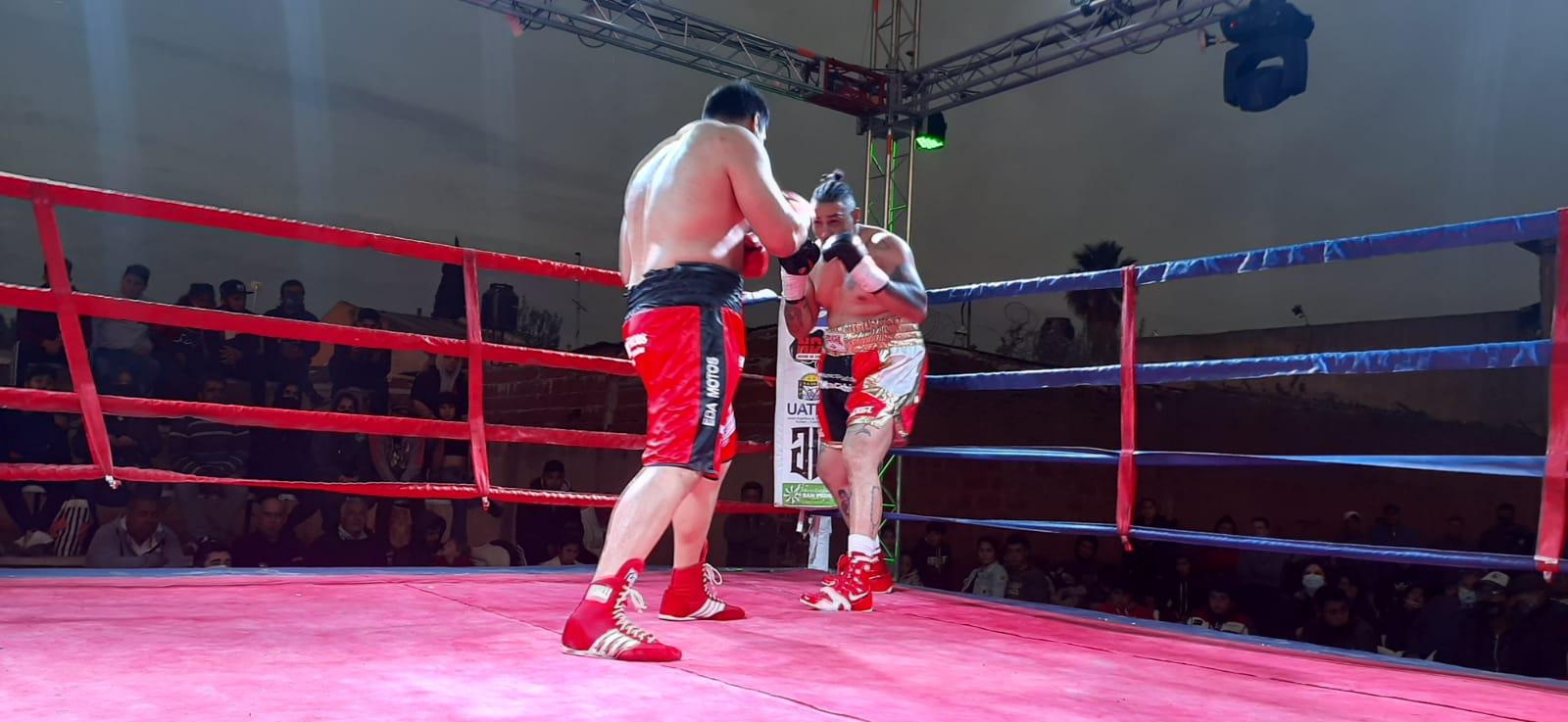 Lee más sobre el artículo Con gran éxito se llevó a cabo el festival de boxeo en Banfield. Kevin Espíndola volvió al triunfo