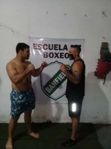 Lee más sobre el artículo Boxeo en Banfield: al aire libre una velada de aficionados y profesional con 11 peleas